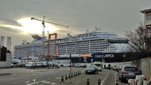 Celebrity Apex ship stranded at Saint Nazaire